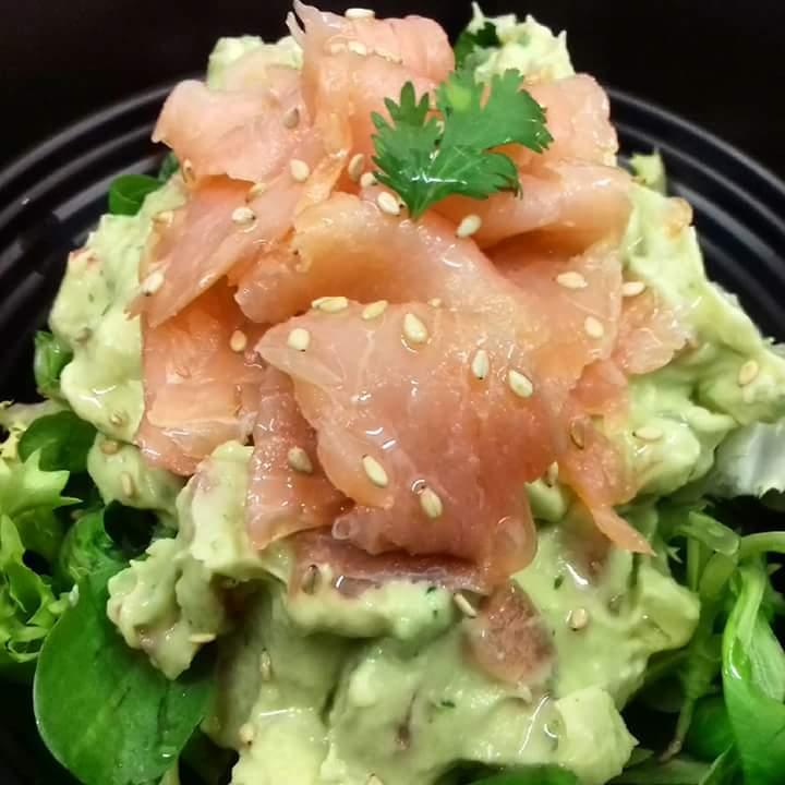 Ensalada de salmón con guacamole